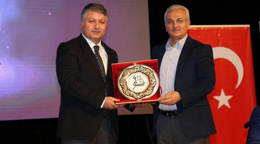 Enver Yücel'e Yılın Eğitimcisi Ödülü